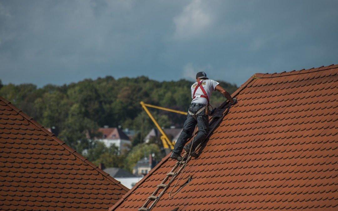 image d'un couvreur dtravaillant sur le toit